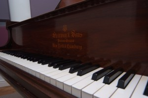Steinway with logo close